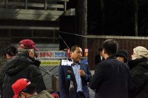 심재철 의원, '밤11시 국감 귀경 직후 청와대앞 철야농성장' 방문… 참여자들과 소통 공감행보